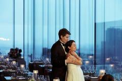 Position tendre d'épaules du ` s de jeune mariée de prises de marié avec elle dans un IEM images libres de droits