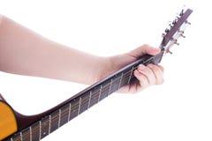 Positionen av den vänstra manliga handen på gitarrhalsen, ackord C royaltyfria bilder