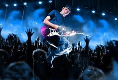 Positionieren Sie Leuchten Abstrakter musikalischer Hintergrund Spielen der Gitarre und conc Stockfotografie