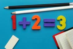 Positionnement, crayons et cahier de numéro du jouet de l'enfant. Photographie stock libre de droits