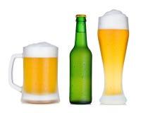 Positionnement de bouteille et en verre à bière froide images stock