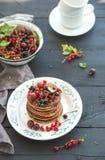 Positionnement de déjeuner Crêpes de sarrasin avec frais Photographie stock libre de droits