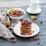 Positionnement de déjeuner Crêpes de sarrasin avec frais Photographie stock