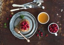 Positionnement de déjeuner Crêpes de sarrasin avec les framboises fraîches Photo stock