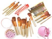 Positionnement de produits cosmétique Le fard à paupières et la poudre de palette composent Photographie stock