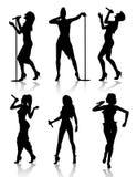 Positionnement de silhouette de chanteurs féminins Photographie stock libre de droits