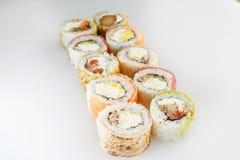 Positionnement de sushi Rolls avec des saumons et des légumes Image libre de droits