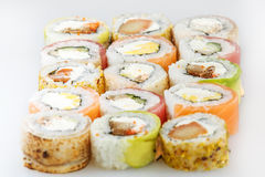 Positionnement de sushi Rolls avec des saumons et des légumes Photographie stock libre de droits