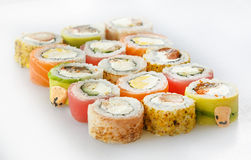 Positionnement de sushi Rolls avec des saumons et des légumes Photos stock