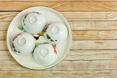 Positionnement de thé chinois avec des cuvettes sur le fond en bois Photo stock
