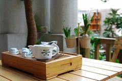 Positionnement de thé sur une petite table en bois Photos stock