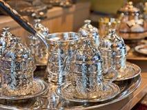 Positionnement de thé turc à une stalle du marché Image libre de droits