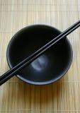 Positionnement dinant asiatique - baguettes et cuvette Photographie stock libre de droits