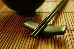 Positionnement dinant asiatique - baguettes et cuvette Image libre de droits
