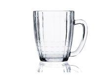Positionnement en verre de cocktail. Tasse de bière vide sur le blanc Photo libre de droits