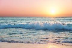Positionnements de Sun sur la plage de sept milles photographie stock libre de droits