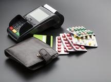 Positions-Anschluss, Kreditkarte und Pillenblisterpackungen stockbilder
