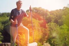 Positiv äldre man som når hans destination fotografering för bildbyråer