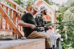 Positiv åldrig man som fiskar på helgen royaltyfria bilder