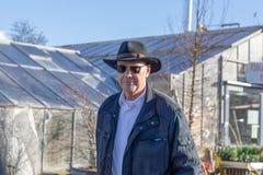 Positiv årig manstående för åldring 80 i en utomhus- inställning royaltyfri fotografi