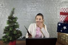 Positiv überraschte Geschäftsfrau, empfing sie ein Umschlag wi stockbilder