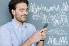 Positiv blogger som ler, medan beskriva berg direktanslutet royaltyfria foton