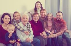 Positiv familj som gör talrika foto fotografering för bildbyråer