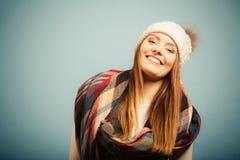 Positiv flicka i höstsäsongkläder fotografering för bildbyråer