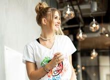 Positiv flicka som dricker kaffe arkivbild