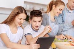 Positiv full familj som tillsammans lagar mat royaltyfri foto