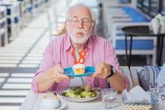 Positiv gealterter Mann, der eine Geburtstagsfeier hat lizenzfreies stockbild
