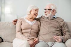 Positiv gealterter Mann, der mit seiner Frau spricht stockbild