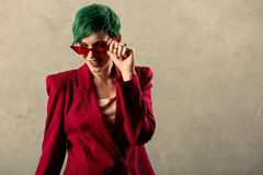 Positiv glad ung kvinna som bär stilfull tillbehör arkivbilder