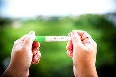Positiv graviditetstest på remsa behandla som ett barn att komma snart begreppet royaltyfri foto