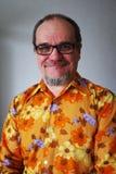Positiv hög man i en tappningskjorta med ett skägg och en mustach Royaltyfri Foto