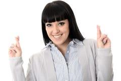 Positiv hoppfull längtansfull lycklig kvinna med korsade fingrar Arkivfoton