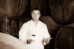 Positiv hussommelier som kontrollerar kvalitet av rött vin Royaltyfri Bild