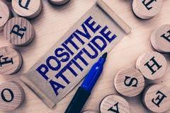 Positiv inställning för ordhandstiltext Affärsidé för att vara optimistiskt i liv som ser för bra saker arkivbilder