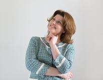 Positiv kvinna i det gröna omslaget som ser upp Royaltyfria Foton