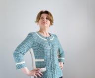 Positiv kvinna i det gröna omslaget som ser upp Royaltyfria Bilder