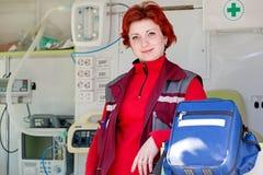Positiv kvinnlig person med paramedicinsk utbildning Arkivfoto