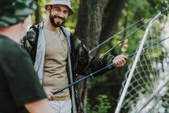 Positiv le man som fiskar med hans fader royaltyfri bild