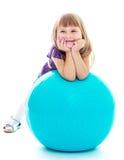 Positiv liten flicka med den blåa bollen arkivbilder