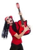 Positiv pojke med gitarren som isoleras på viten Royaltyfri Fotografi