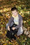 Positiv pojke som sitter på journal Royaltyfri Fotografi