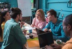 Positiv qualifizierte Kollegen bearbeiten zusammen lizenzfreies stockfoto