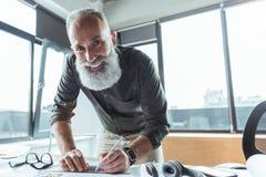 Positiv qualifizierter Mann arbeitet mit Vergnügen lizenzfreie stockfotos