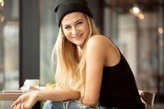 Positiv smart studentflicka som äter i restaurang royaltyfri fotografi