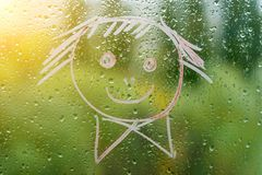 Positiv smiley på ett regnigt höstfönster Royaltyfria Bilder