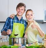 Positiv soppa för gift parmatlagninggrönsak arkivfoto